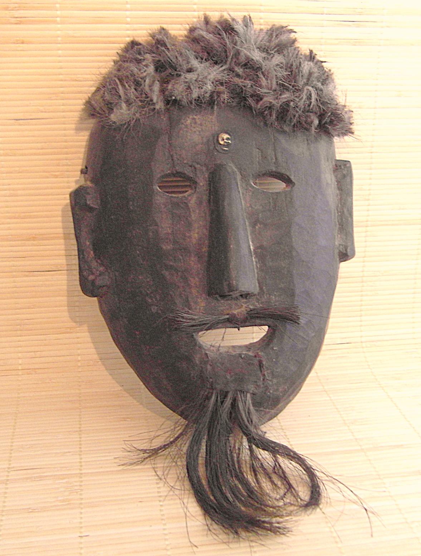 Die Maske des kleinen Hasen auf der Person